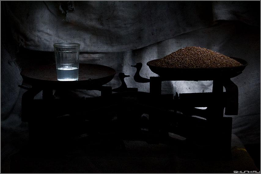 Приоритеты - весы натюрморт стакан зерно пшеница фото фотосайт
