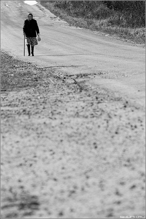 Домой... - бабушка дорога чёрнобелое палочка пакет деревня фото фотосайт