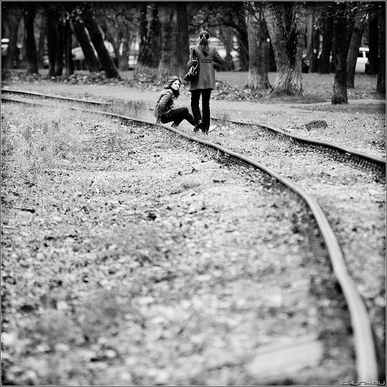 На рельсах - девушки молодежь квадрат рельсы осень чёрнобелые фото фотосайт