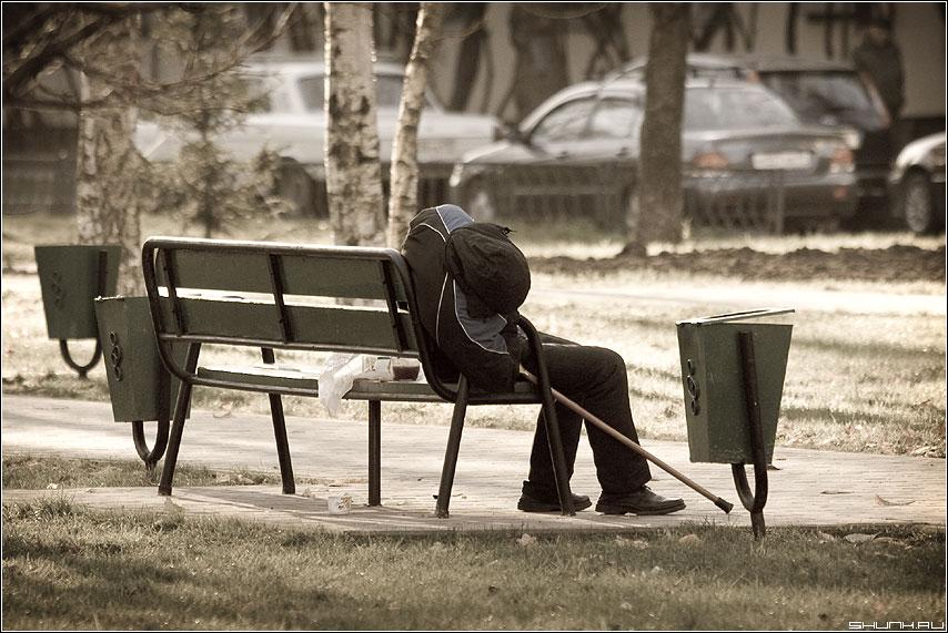 Всадник без головы - лавочка мужик урна парк трость обработка adge фото фотосайт