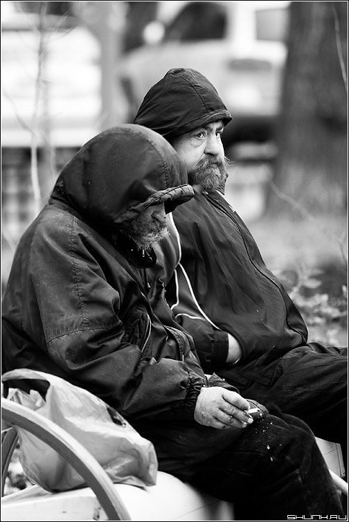 Наступили холода... - холода бомж лавочка чёрнобелые сигарета борода фото фотосайт