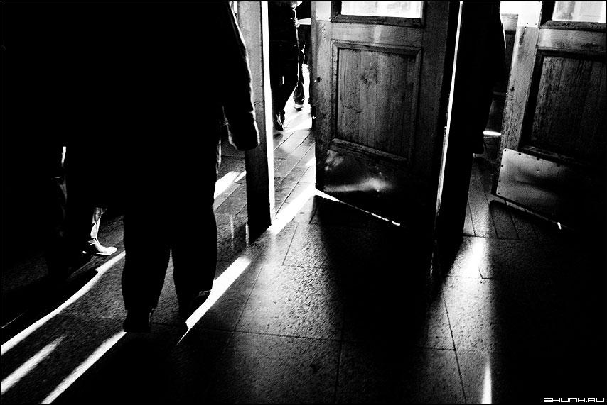 Выход в город 2 - выход город метро люди чёрнобелые свет контраст фото фотосайт