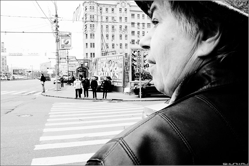 Переходя дорогу... - переход портрет женщина чёрнобелое фото фотосайт