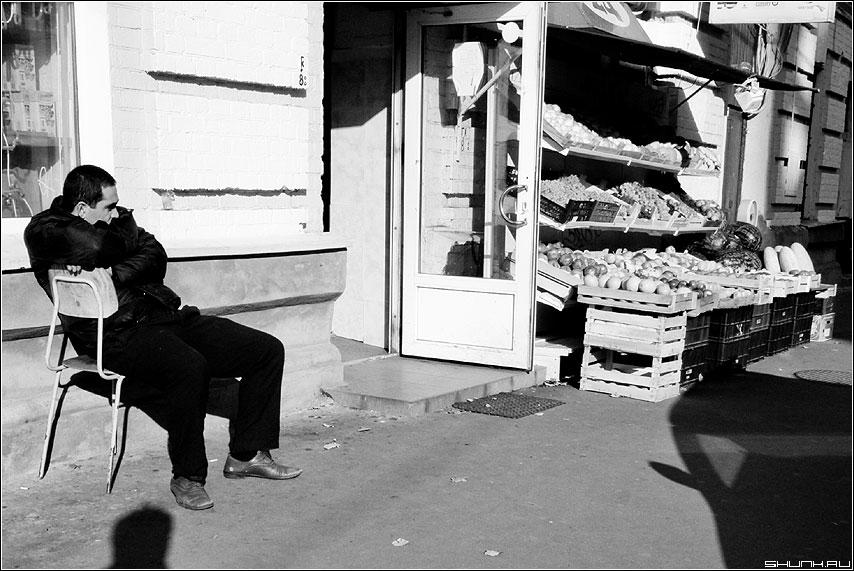 Как дома... - продавец москва центр улица овощи фрукты чёрнобелое фото фотосайт