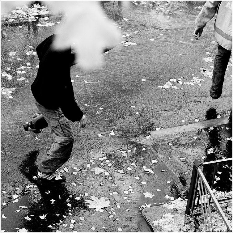 Бег от дождя... - дождь квадрат чёрнобелое люди лужи осень фото фотосайт