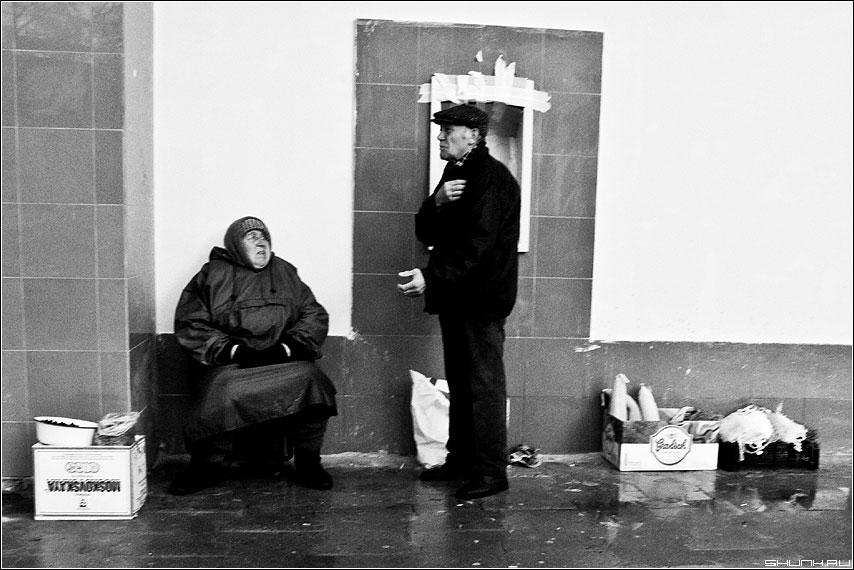 А теперь - стихи! - чёрнобелое бабушка дед продавцы цлица чёрнобелое фото фотосайт