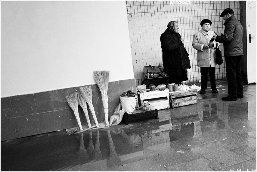 Мастер класс - рынок веники чёрнобелое люди бабки разговор фото фотосайт