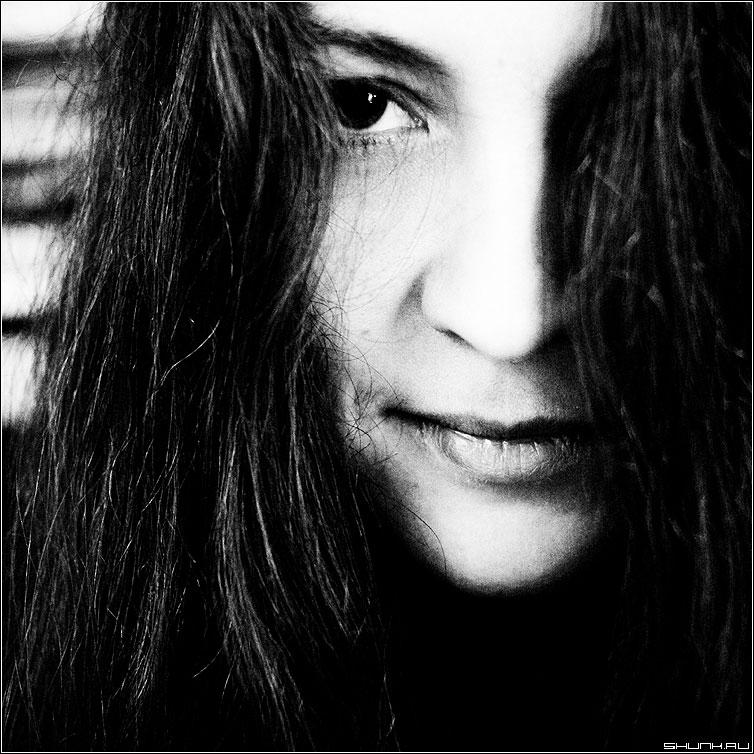 Темный взгляд - волосы взгляд глаз девушка кадрат чёрнобелое фото фотосайт