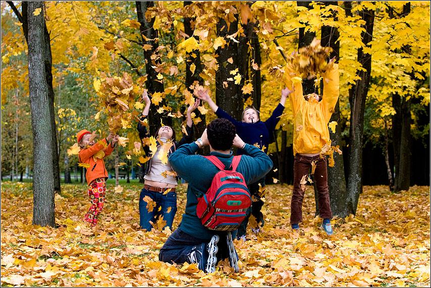 Семейное - осень листва семья дети листья ролики цвет фото фотосайт