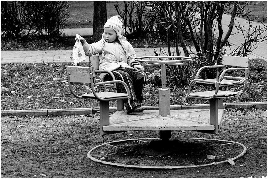 Прощание с детством - качели ребеное чёрнобелое детство платок карусель фото фотосайт