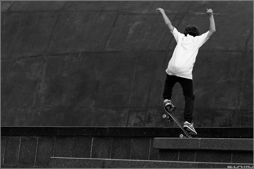 Прыжок - парень скейт чёрно-белый поклонка белое фото фотосайт
