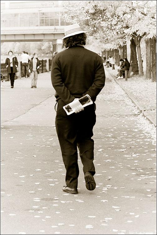 Прогулка - человек парк набережная газета фото фотосайт