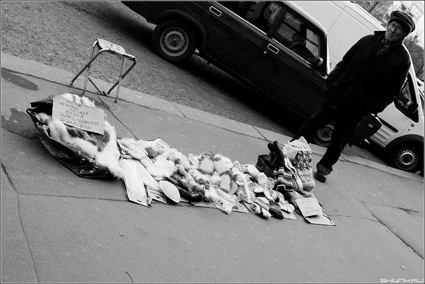Наступили холода... - продавец носки варежки чёрно-белый улица фото фотосайт