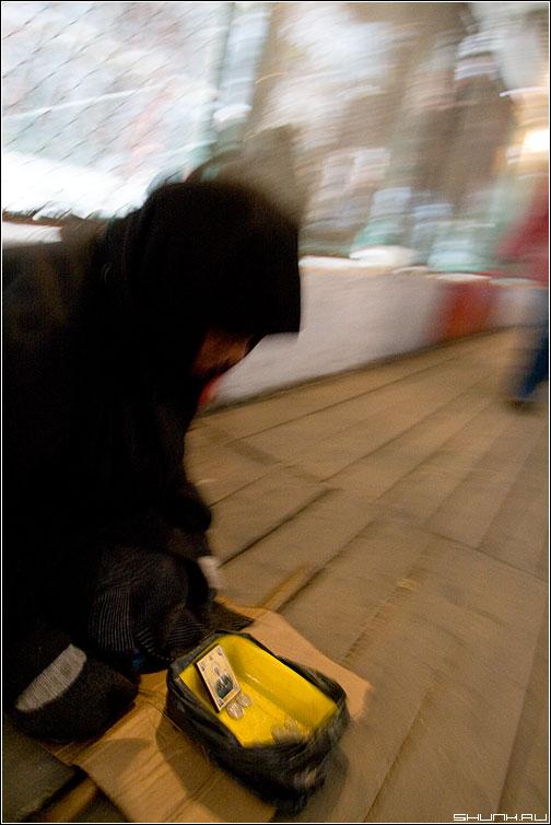Пробегая - улица переход милостыня движение фото фотосайт