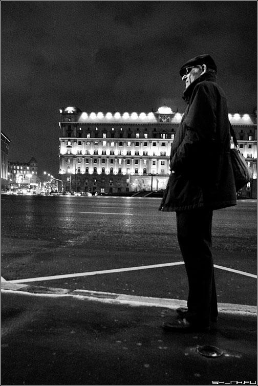Шпиён - шпион улица вечер чёрнобелое мужик фото фотосайт