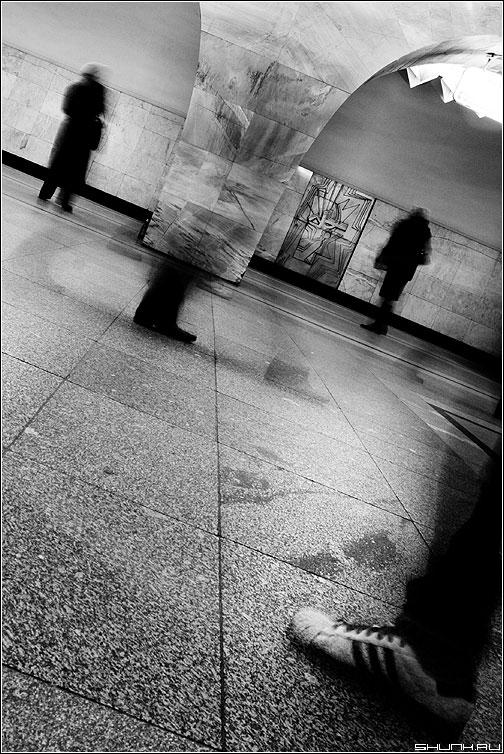 Это нога, кого надо нога - метро чёрно-белое нога тень колонна фото фотосайт