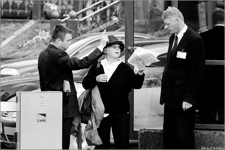 Про английскую шпиёнку - шпион улица охранники турист чёрнобелая бабушка фото фотосайт