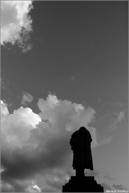 Пушкин в облаках - памятник пушкин москва тверская чёрно-белый фото фотосайт