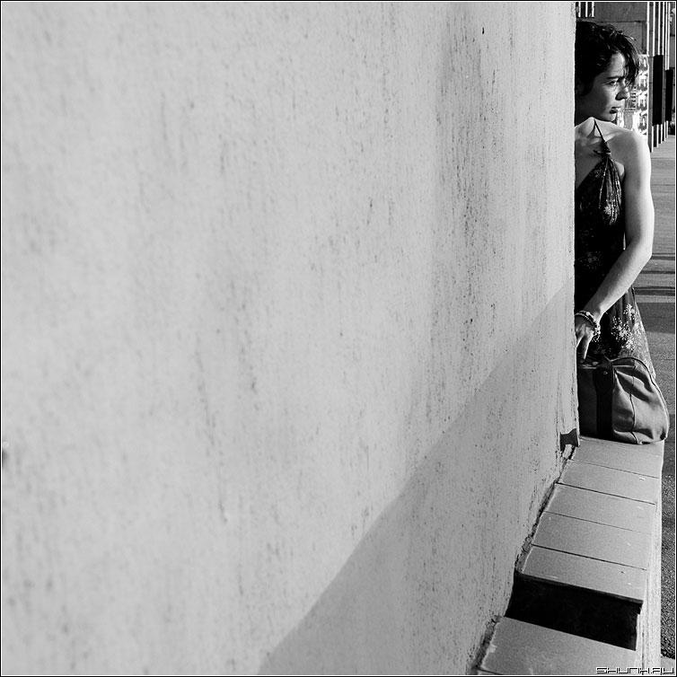 За уголком - девушка стена чёрнобелая квадрат фотопрогулка фото фотосайт