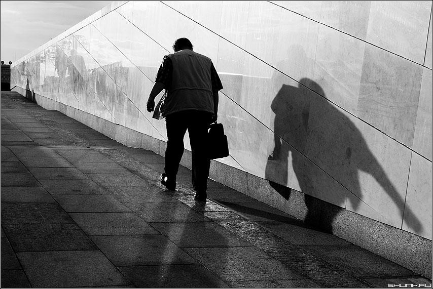 Дорога в светлое будущее - дорога мужик тень стена чёрно-белый фото фотосайт
