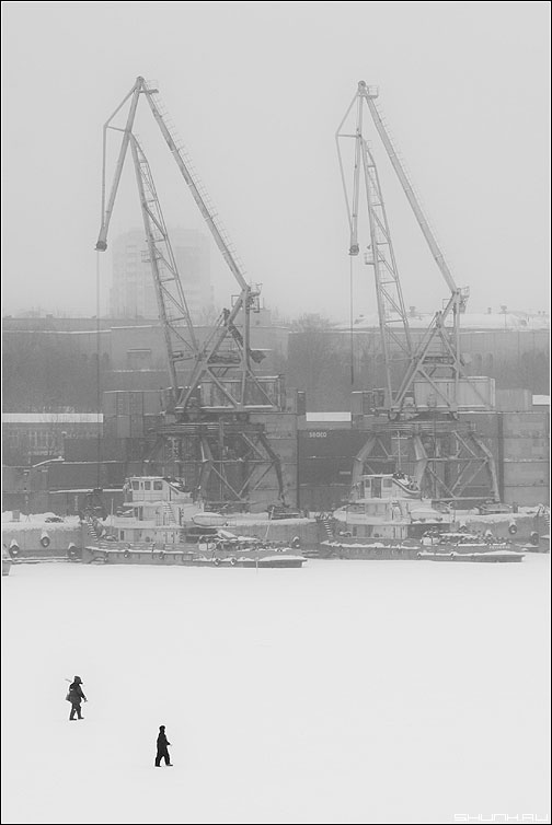А масштабах вселенной - люди зима порт лед снег краны чёрно-белые фото фотосайт