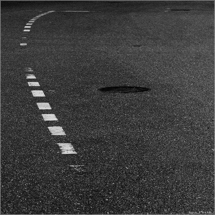 Дорожный Найк - разметка квадрат чёрно-белое колодец асфальт улица фото фотосайт