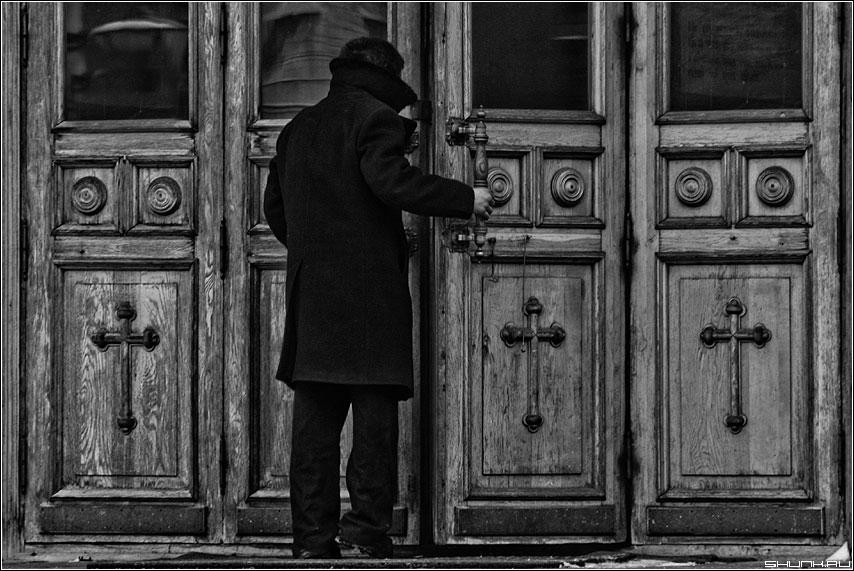Входя в храм - храм двери человек пальто черный чёрно-белое фото фотосайт