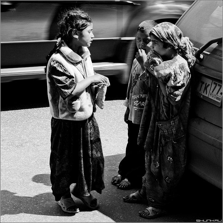 Вызывая сострадание - дети улица бездомные беспризорные цыгане чёрно-белые квадрат фото фотосайт
