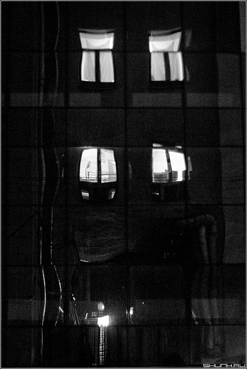 Предрассудок точечной застройки - отражения окна свет вечер подъезд здание чёрно-белые фото фотосайт
