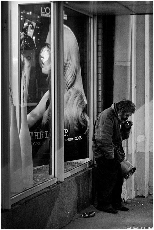 Разные судьбы - бомж витрина реклама вечер сигарета чёрно-белый фото фотосайт