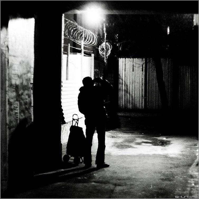 В подворотне... - чёрнобелое арка мужик свет полтос квадрат фото фотосайт