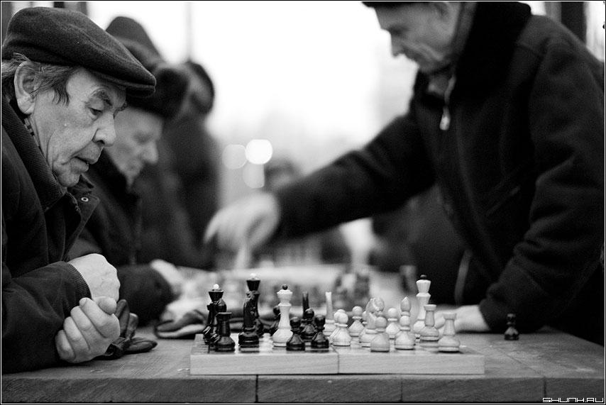 Сеанс дновременной игры - шахматы чёрнобелое мужики фигуры фото фотосайт