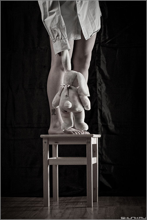 ...со скамейки слезть не смог - заяц студия табуретка ноги стилизация джу фото фотосайт