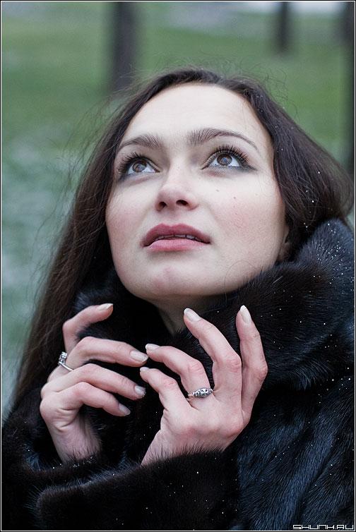 Сгущались тучи над Москвою... - мальвина портрет руки взгляд выражение цвет улица снег фото фотосайт