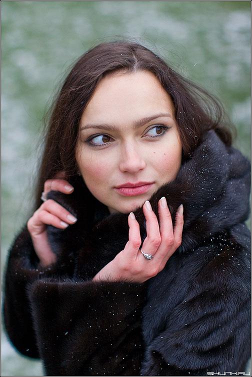 На фоне травы в декабре - снег монто мальвина портрет фотопрогулка фото фотосайт