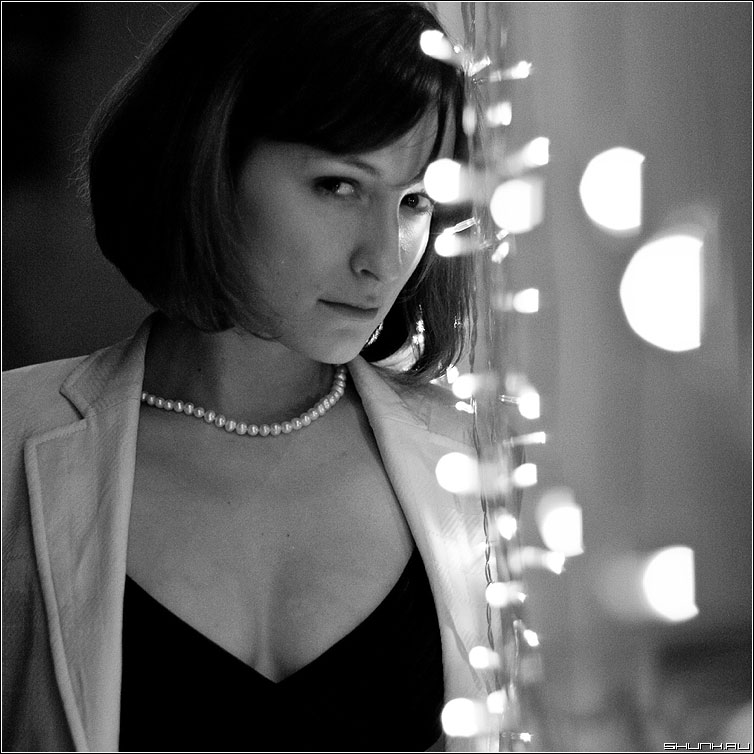 Огниво - огоньки девушка квадрат чёрно-белое взгляд фото фотосайт