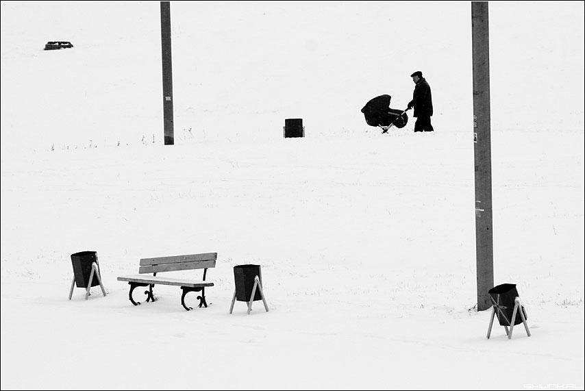 Хаос - чёрно-белые урны мужик коляска столб зима снег декабрь фото фотосайт