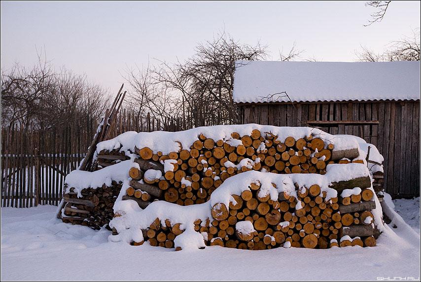 Дрова к зиме... - зима дрова снег вечер цвет закат сарай бели фото фотосайт