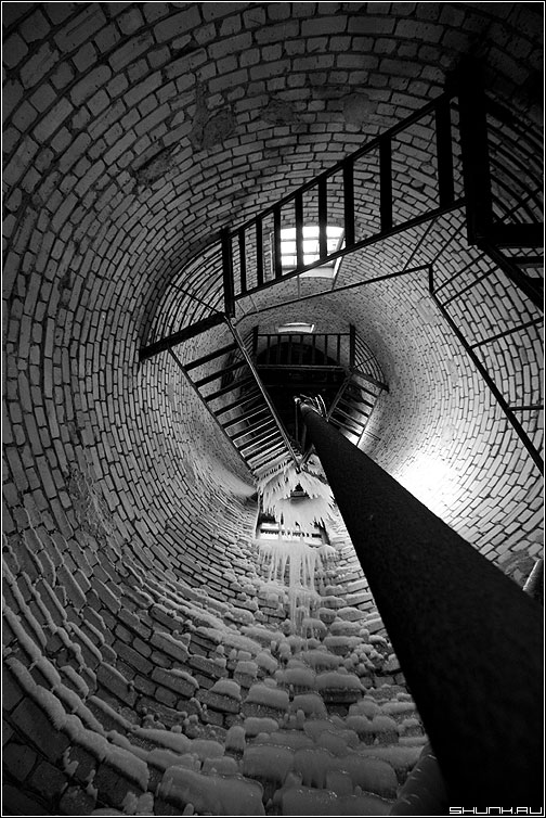 Внутренний мир водонапорной башни - башня лед лестница чернобелые кирпичи кирпичики зима мороз фото фотосайт