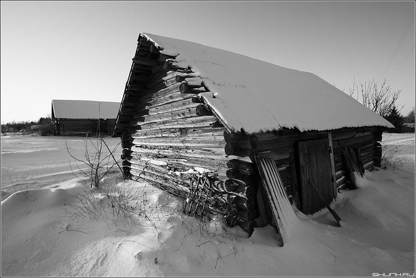 Сарайное настроение - сараи деревня снег крыша чёрно-белые бревна фото фотосайт