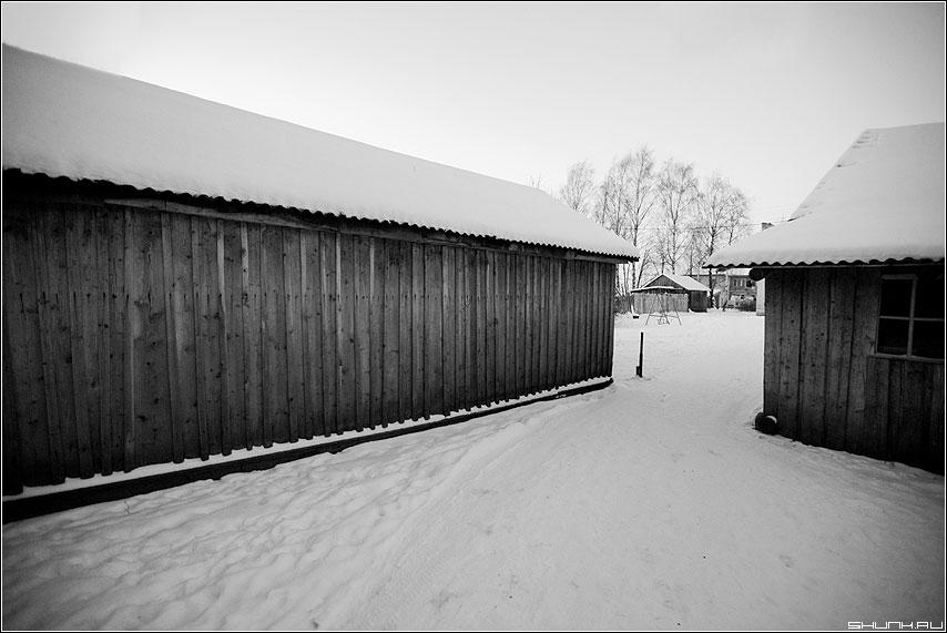 История о двух сараях - сараи дровница снег зима таложня деревня зима чёрно-белые фото фотосайт