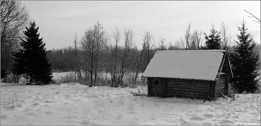 Баня и ёлка - баня ёлка деревня таложня снег зима хлопья фото фотосайт