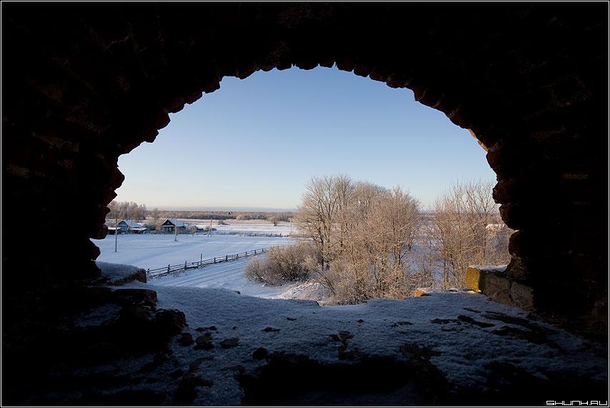 Вид на село - церковь зима окно колокольня вид снег березы фото фотосайт