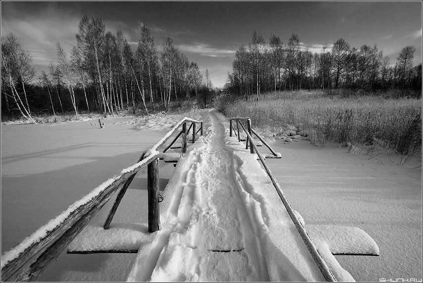 На ту сторону зимы - зима река мост снег чёрно-белое холод 5D пейзаж фото фотосайт