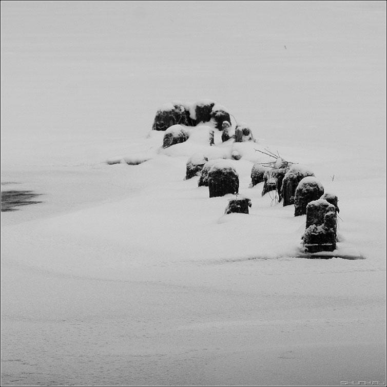Столбики - река мост основание столбики снег квадрат фото фотосайт