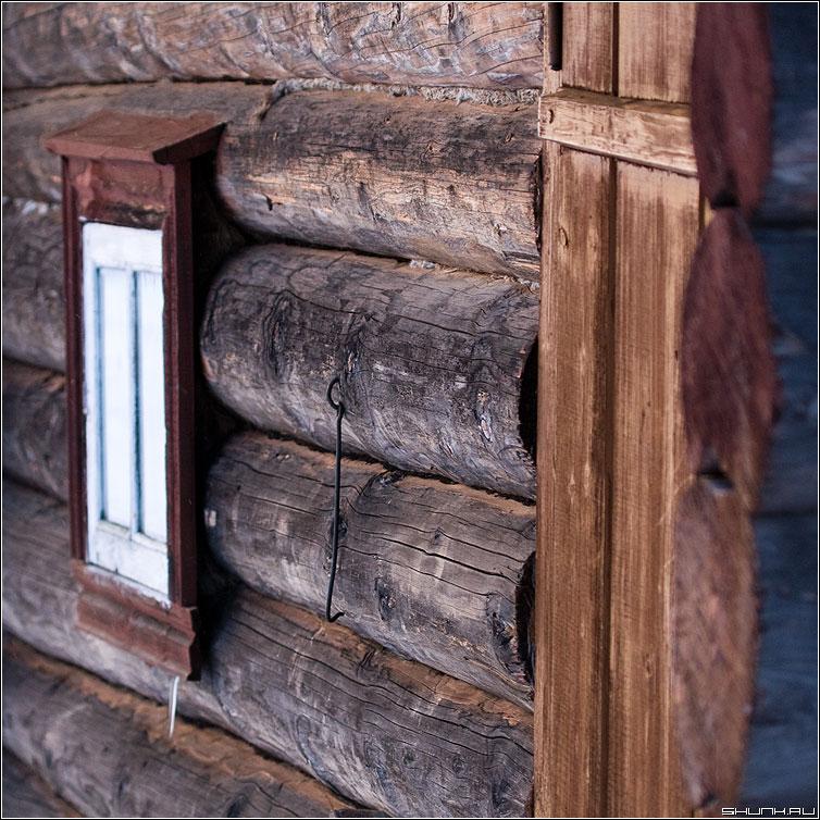 Портал - баня окно крючек бревна квадрат фото фотосайт