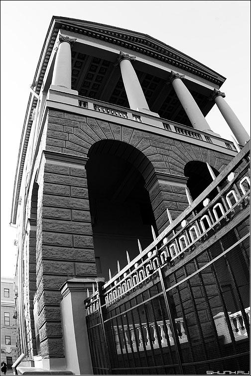 Раздутые дела на Петровке - здание предрассудок ширик фишай архитектура чёрно-белая фото фотосайт