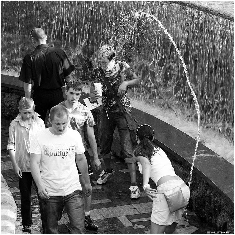 Водные процедуры 1 - манежко парень манежная площадь вода брызги квадрат фонтан чёрно-белый фото фотосайт