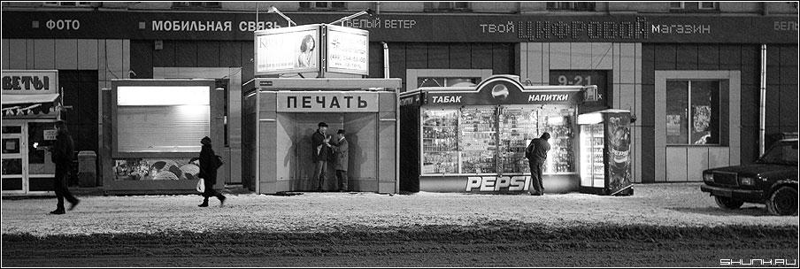 ПЕЧАТЬ - печать киоски метро люди мужики вечер зима снег чёрно-белое фото фотосайт