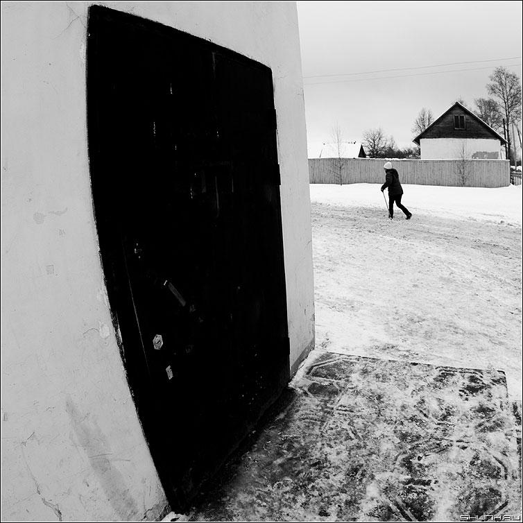 История, рассказанная у магазина - фишай дверь магазин человек зима деревня фото фотосайт
